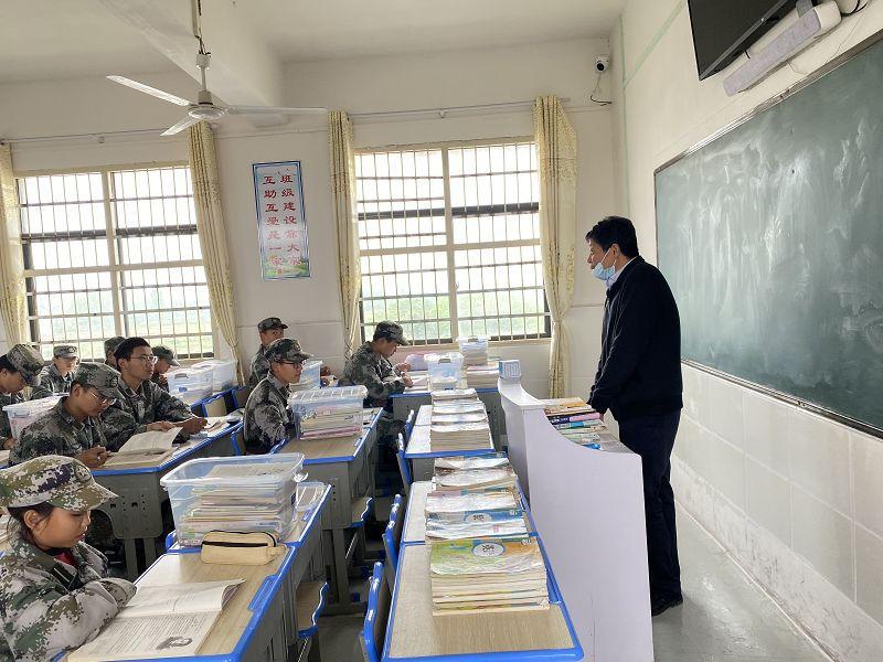 控制叛逆孩子的学校是什么样的?孩子叛逆该如何引导?(图2)