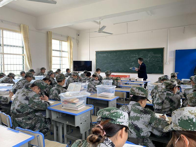 学生们人在学校,也不忘关心国家大事(图2)